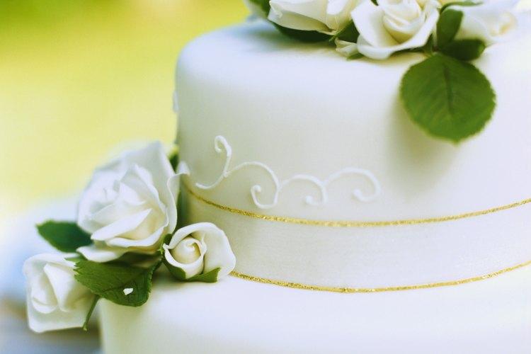 La pasta de azúcar aporta a los pasteles de boda una apariencia de fina perfección.