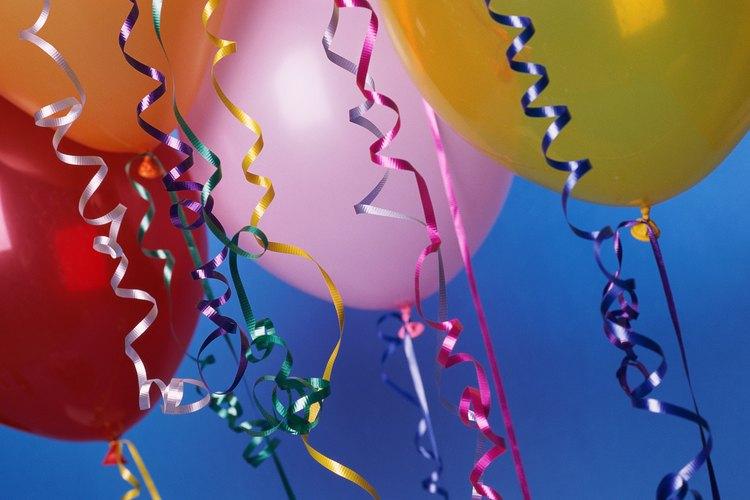 Lo globos son algunas de las decoraciones de fiestas más económicas.