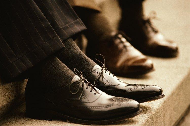 Los hombres deberían usar zapatos de vestir de colores oscuros.