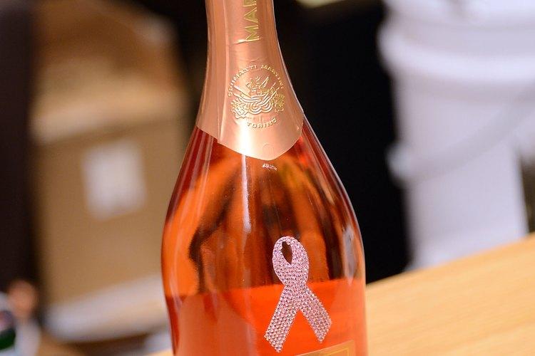 El vino tinto y blanco pueden ser mezclados para formar vino rosado.