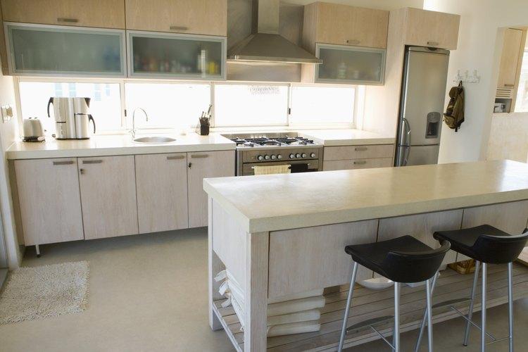 Mezcla el refrigerador con un gabinete incluido.