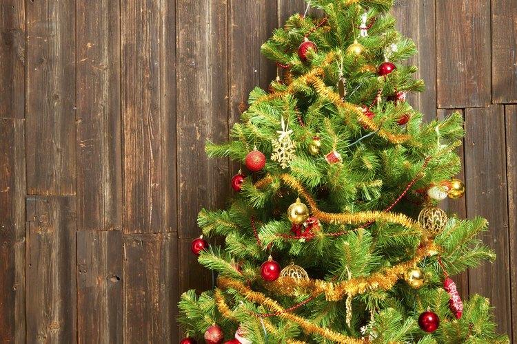 Usa listón con alambre en colores navideños para diseñar un adorno personalizado para tu árbol.