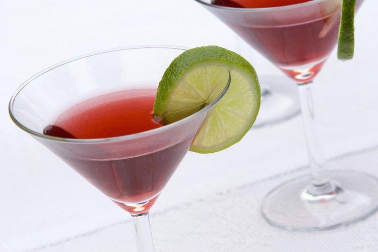 Los cócteles afrutados de colores con frecuencia contienen vodka con sabor.