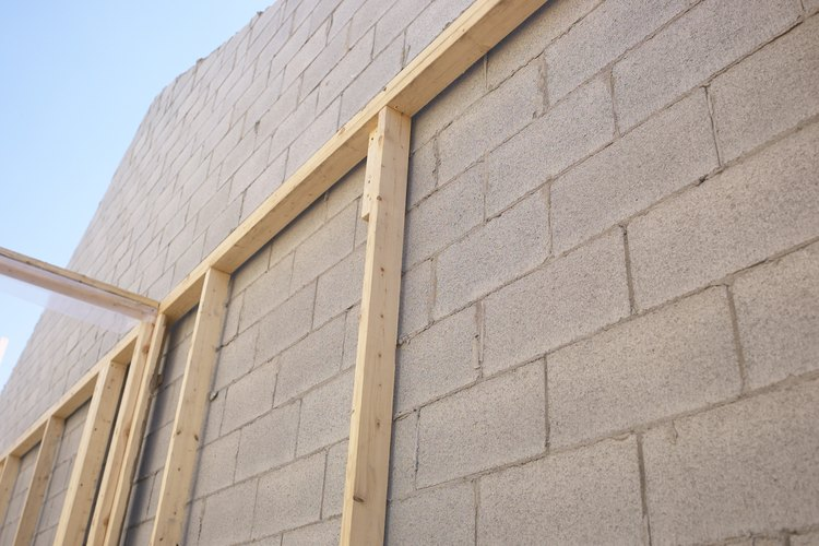 Esta pared de bloques de concreto tiene una estructura de madera adjunta.