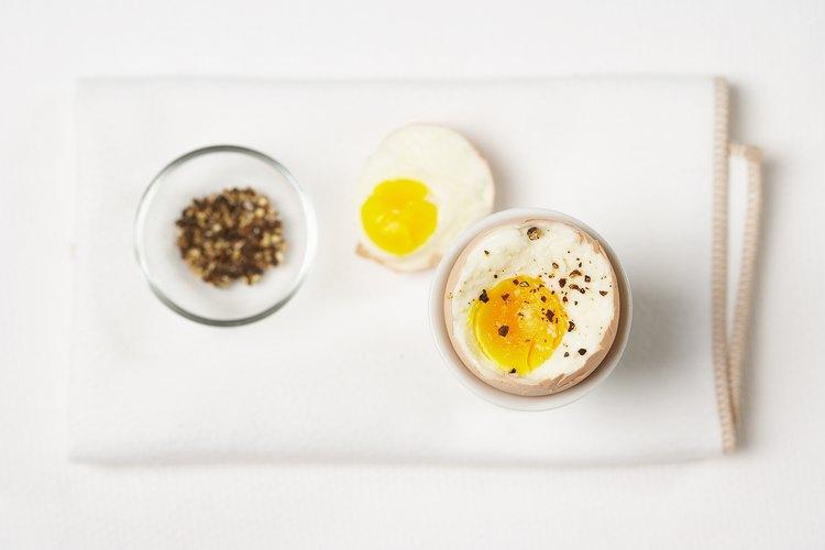 Para bebés sin dientes, puedes ofrecer huevos duros o revueltos picados en corte grueso para un fácil acceso.