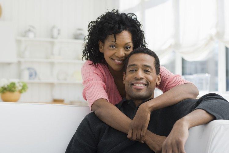 Lo que indique que los dos están en una relación comprometida, puede ser suficiente como una pista para que el otro retroceda.