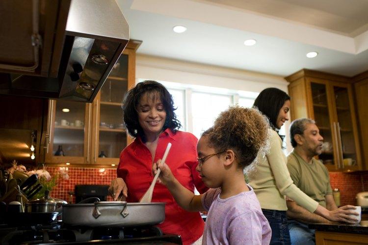 Las relaciones interculturales combinan diferentes comidas y métodos de unión familiar.