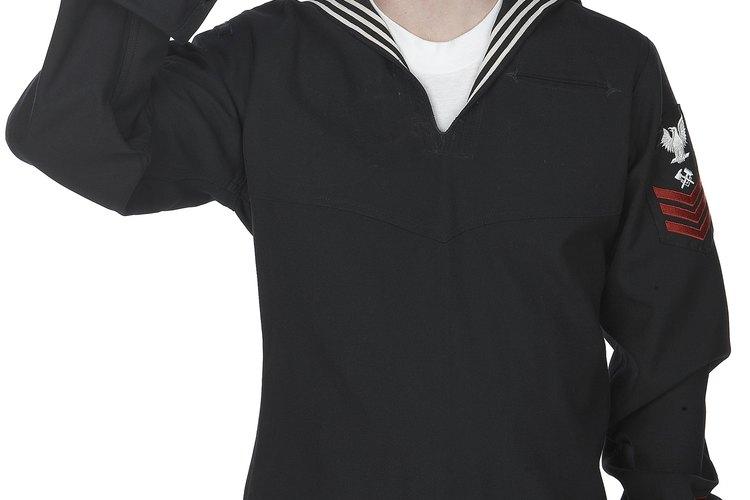 Las clasificaciones y rangos navales a menudo se abrevian al escribirlos, por razones de brevedad.