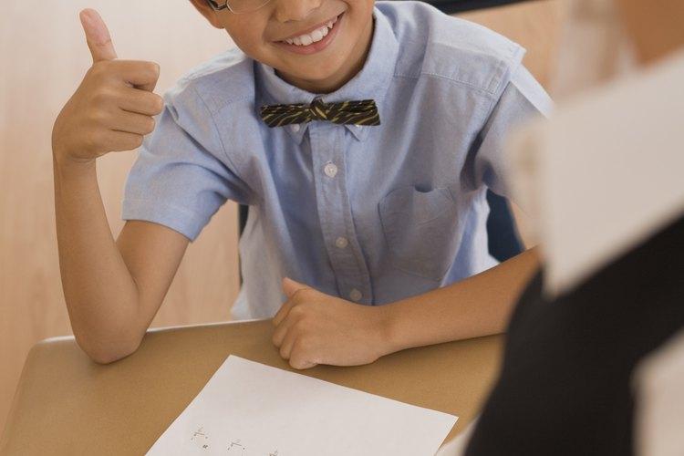 Cuando un padre alaba a un niño en respuesta a una calificación mediocre en una tarjeta de calificaciones o por llegar en el puesto 16 en una competición, se puede enviar el mensaje de que no tiene grandes expectativas del niño o que el niño no tiene que poner mucho esfuerzo en tener éxito.