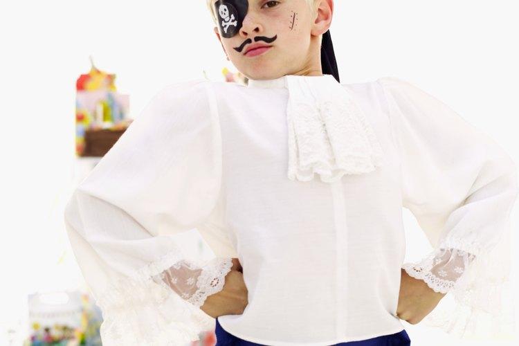 Niño con disfraz de pirata.