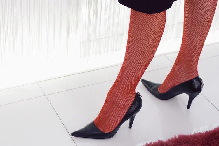 Los zapatos de tacón se pueden controlar con cinta adhesiva extra fuerte.