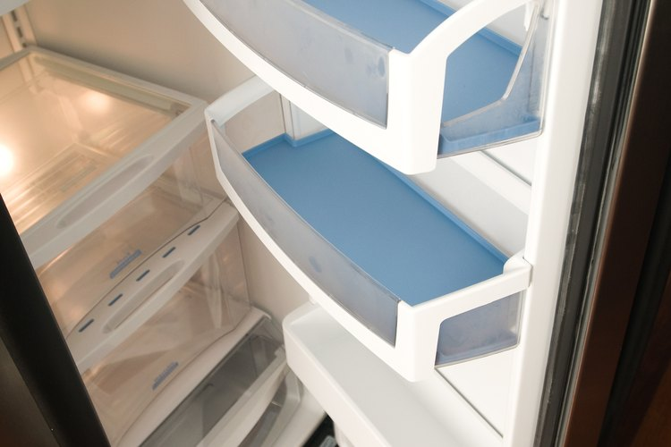 Coloca un termómetro en un vaso de agua y colócalo dentro del refrigerador.