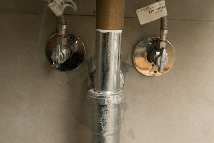 La corrosión y la acumulación de minerales hacen que las tuberías se peguen.