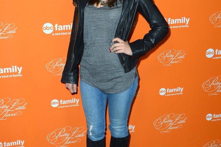 La actriz Lucy Hale viste sus botas y jeans con una camiseta y chaqueta simple en la exhibición del episodio de Halloween de Pretty Little Liars por ABC.