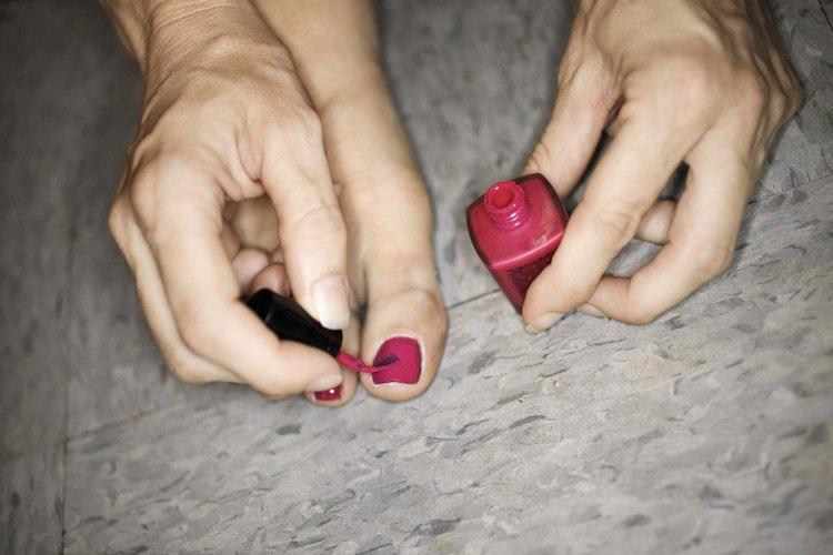 Las uñas de colores brillantes.