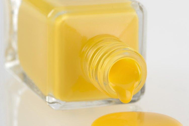 Utiliza una espátula plástica para eliminar derrames de esmalte de uñas de superficies de madera.