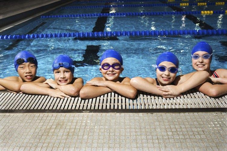 La natación a menudo es vista como un ejercicio accesible para las personas jóvenes.