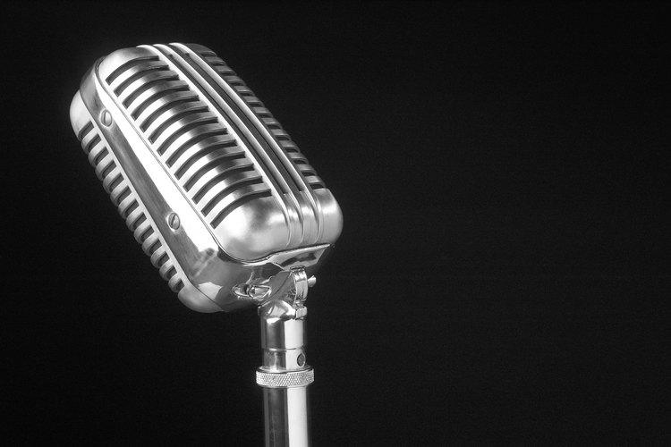 Usar un micrófono es una técnica necesaria para entregar un discurso de manera efectiva.