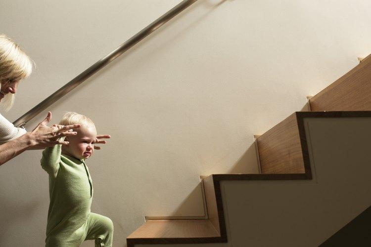 Los pasamanos hacen que las escaleras sean seguras para los individuos de todas las edades.