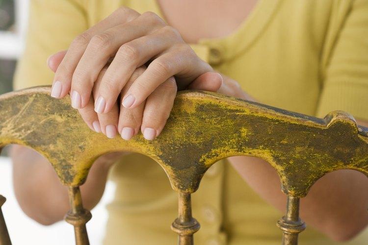 Un acabado envejecido le puede dar a cualquier mueble una apariencia antigua.