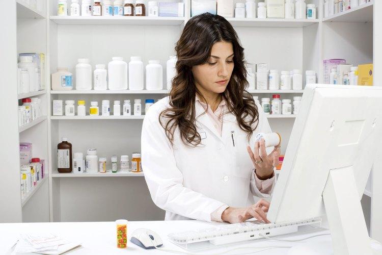 Farmacéutica trabajando en la computadora.