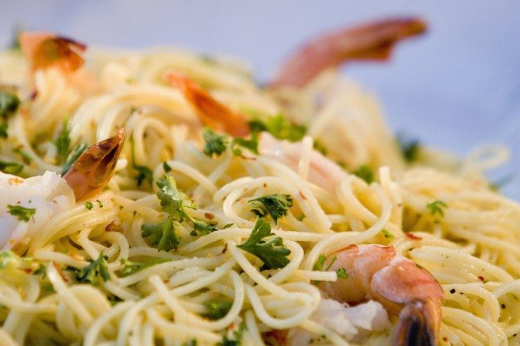 Cocina el camarón para hacer una salsa rápida para tu pasta.