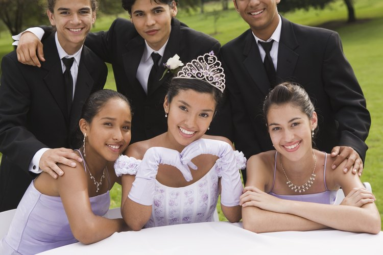 El cortejo de la quinceañera usualmente está compuesto por sus amigos más cercanos.