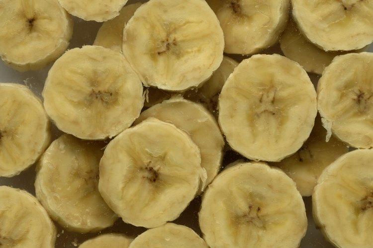 Las bananas en rodajas y el yogurt hacen un postre saludable parecido al pudín sin esfuerzos.