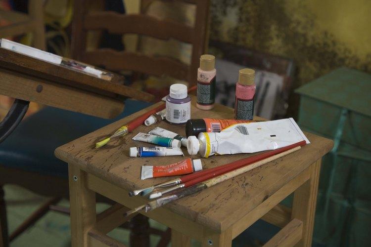 Puedes utilizar pintura comprada en una tienda artística sobre la que tienen tus paredes.