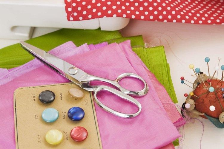 Corta los hilos con tijeras y retira la tela