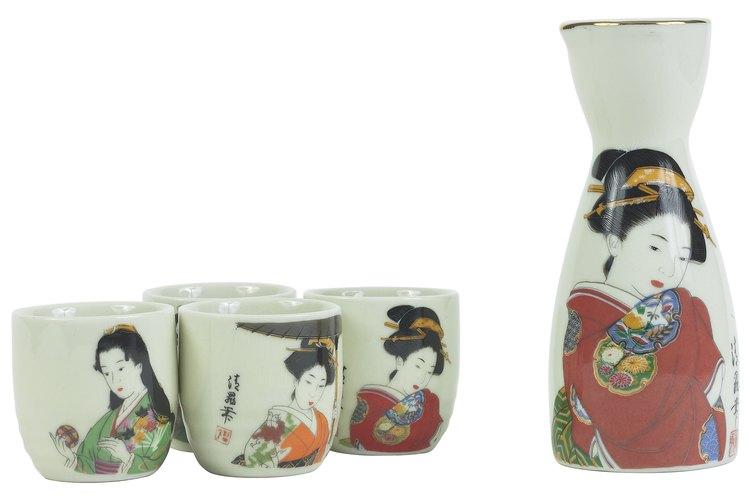 Juego moderno de té de cerámica Satsuma con bordes de oro.