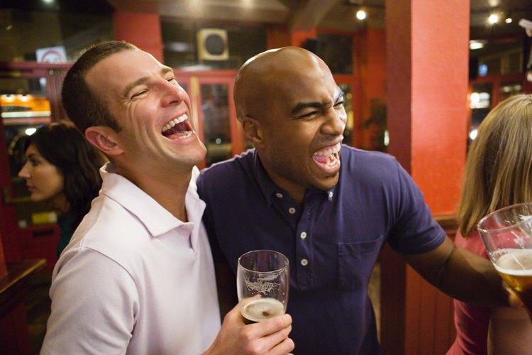 El invitado de honor de la fiesta va a apreciar tomar alcohol para celebrar la ocasión de llegar a ser legal.