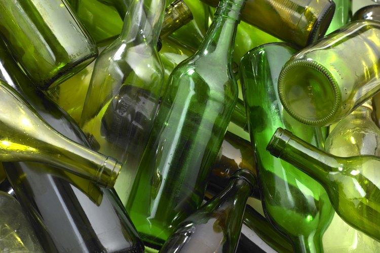 Usa esas hermosas botellas de vidrio verde en lugar de tirarlas a la basura.