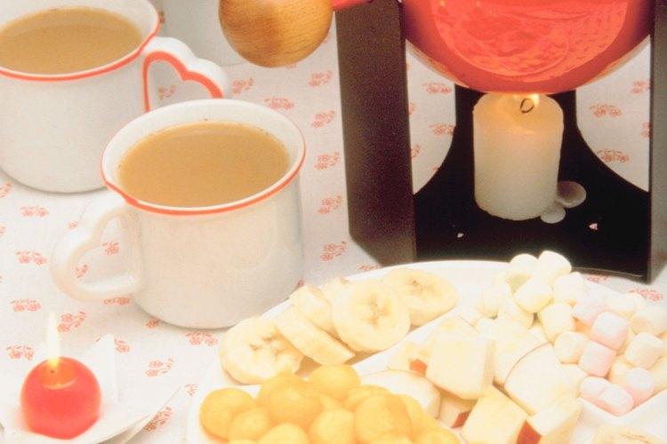 La fondue de chocolate se mantiene líquida sobre una vela de té.