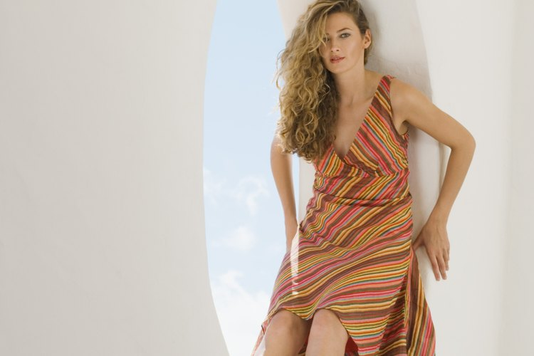 Quítate el vestido y dobla la sección de la falda del vestido a la mitad longitudinalmente.