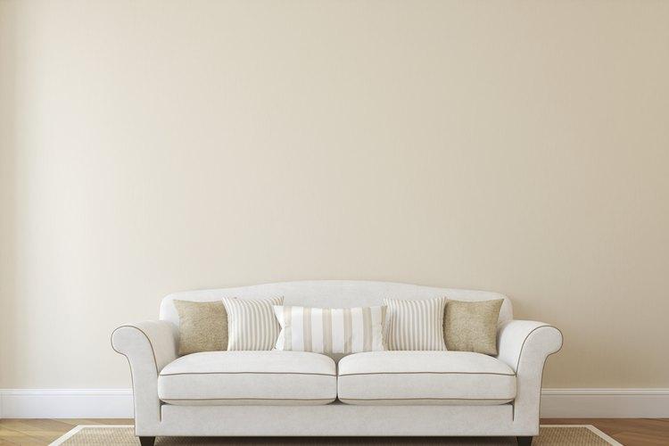 Si estás cansado de ver el mismo sofá que has visto por años, pero no está dentro de tu presupuesto comprar uno nuevo, puedes improvisar fácilmente.