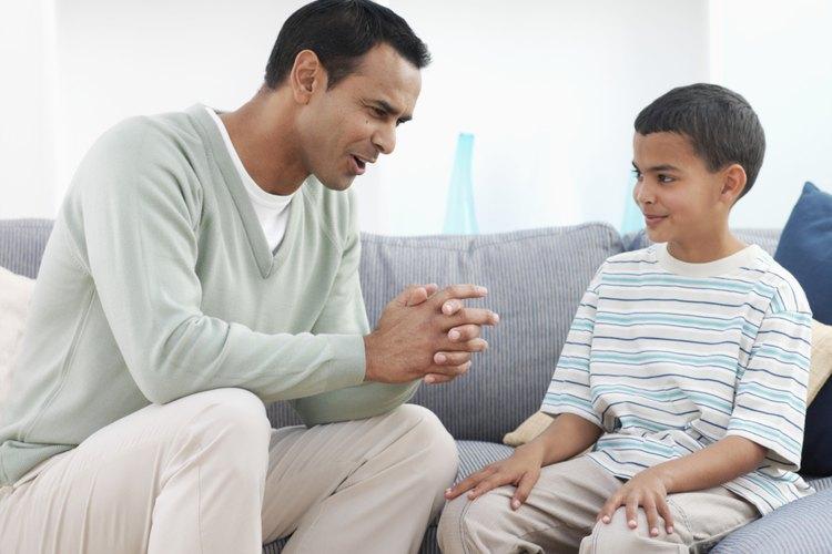 Normalmente, los padres dan buenos consejos y los niños pueden mostrar respeto al escuchar cuando ellos hablan.