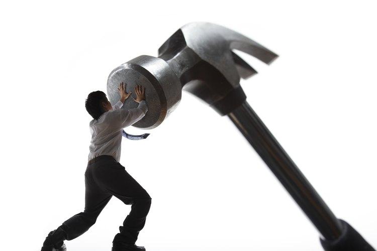 Un martillo de clavos tiene varios usos.
