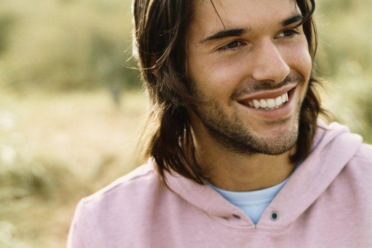 Lleva peinados largos para hombres con una parte descentrada.