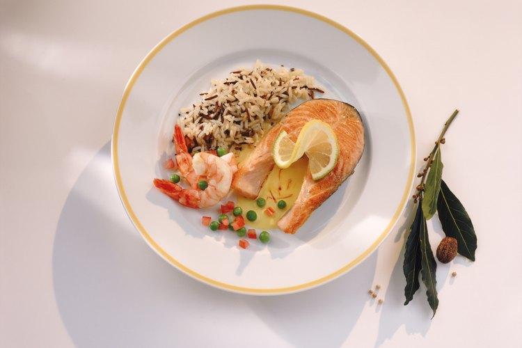 Sirve el pescado al horno con una guarnición de arroz.