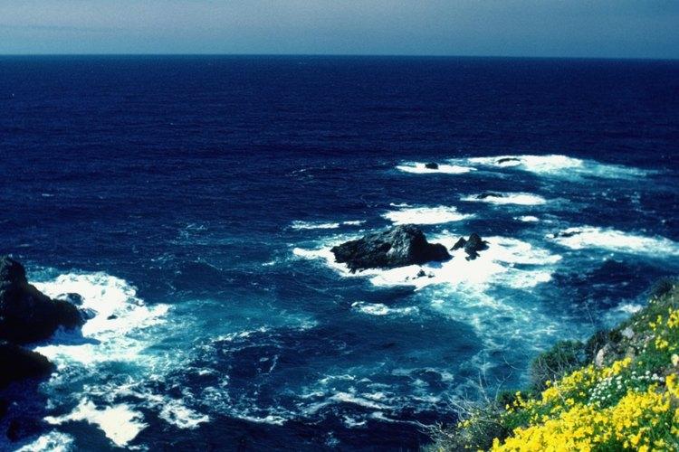 Las montañas Santa Lucia se elevan desde el océano en Big Sur, en la costa de California.