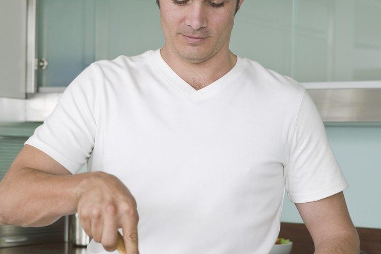 Agrega carne molida al salteado de verduras.