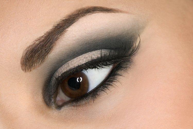 Aplica la sombra para párpados como una profesional para lograr tener ojos sexys y seductores.