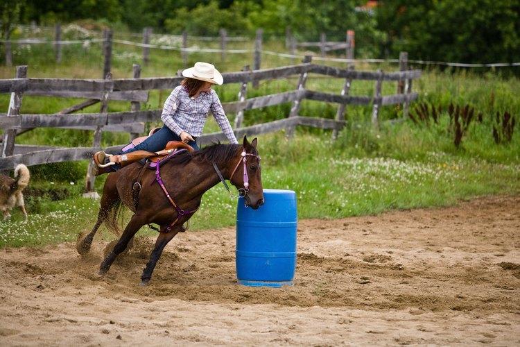 Ayudar a tu caballo a que mejore en la competencia de barriles puede ser un reto real.