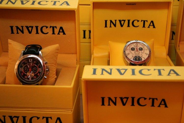 Relojes Invicta en cajas de exhibición.
