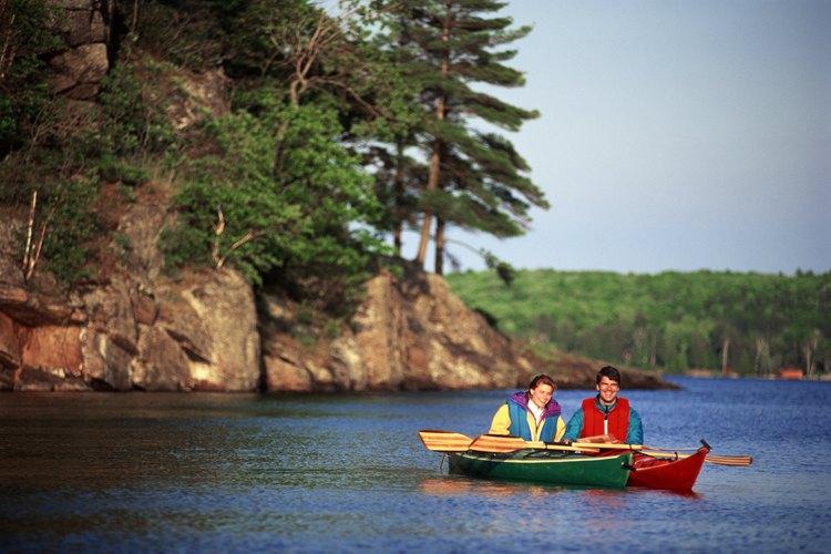 Una de las formas para experimentar la vasta región inhóspita de Ontario es navegar las aguas en canoa o kayak.