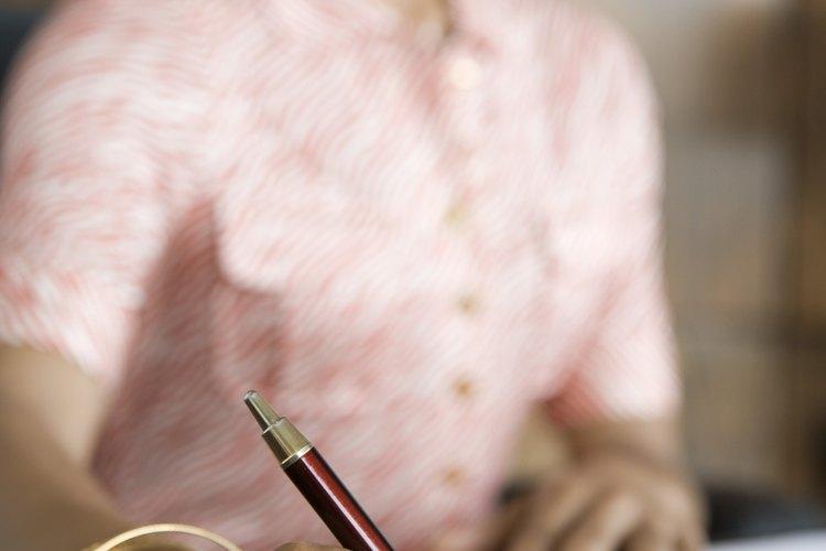 Mujer firmando un documento.