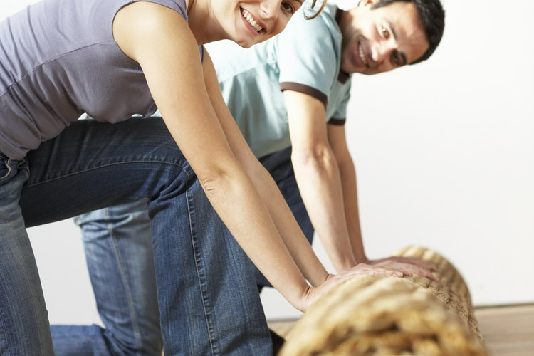 """""""Alfombra"""" es el término con que se designa a cualquier tejido confeccionado en un telar en seda, lana, hilo o fibra, utilizada para cubrir el suelo."""