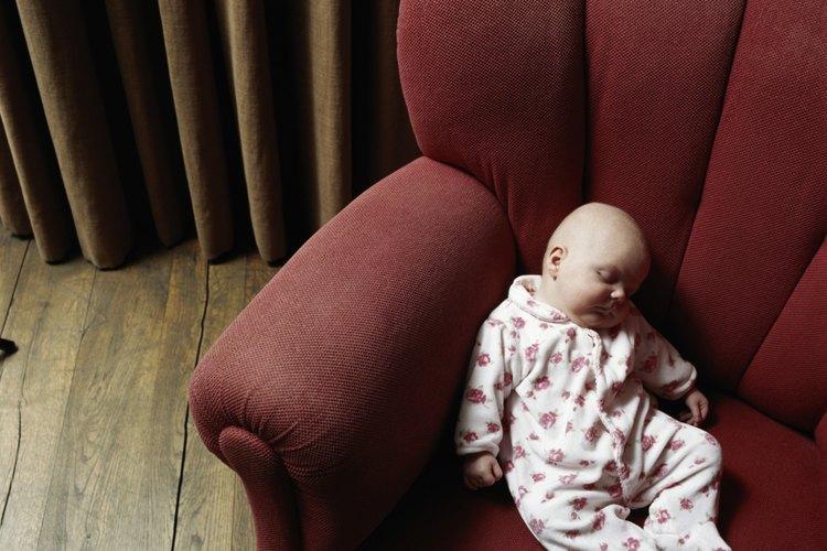 Una alternativa segura al uso de una manta en la cuna de tu hijo en una noche fría es vestirlo con más ropa.