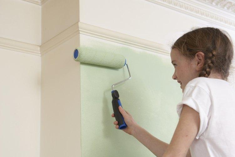 Da textura a la pintura de tu techo con un rodillo.